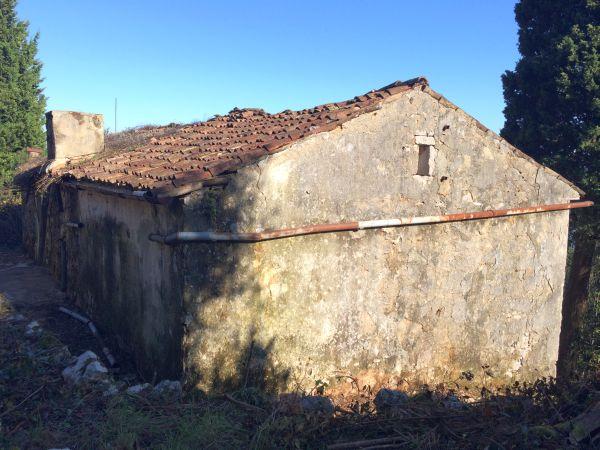 Casa vecchia in pietra tre stalle ruderi del villaggio for Tre case di pietra